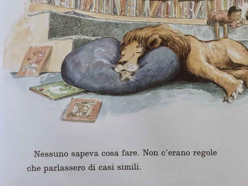 Il leone sdraiato nell'angolo di lettura dei bambini nella biblioteca
