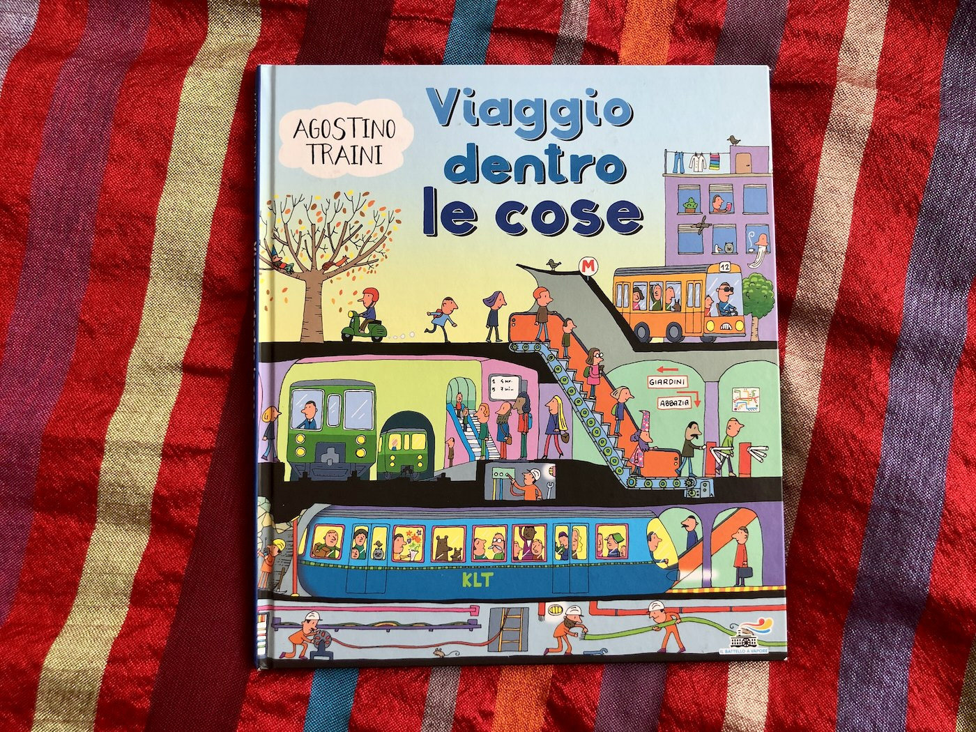 Copertina del libro per bambini viaggio dentro le cose