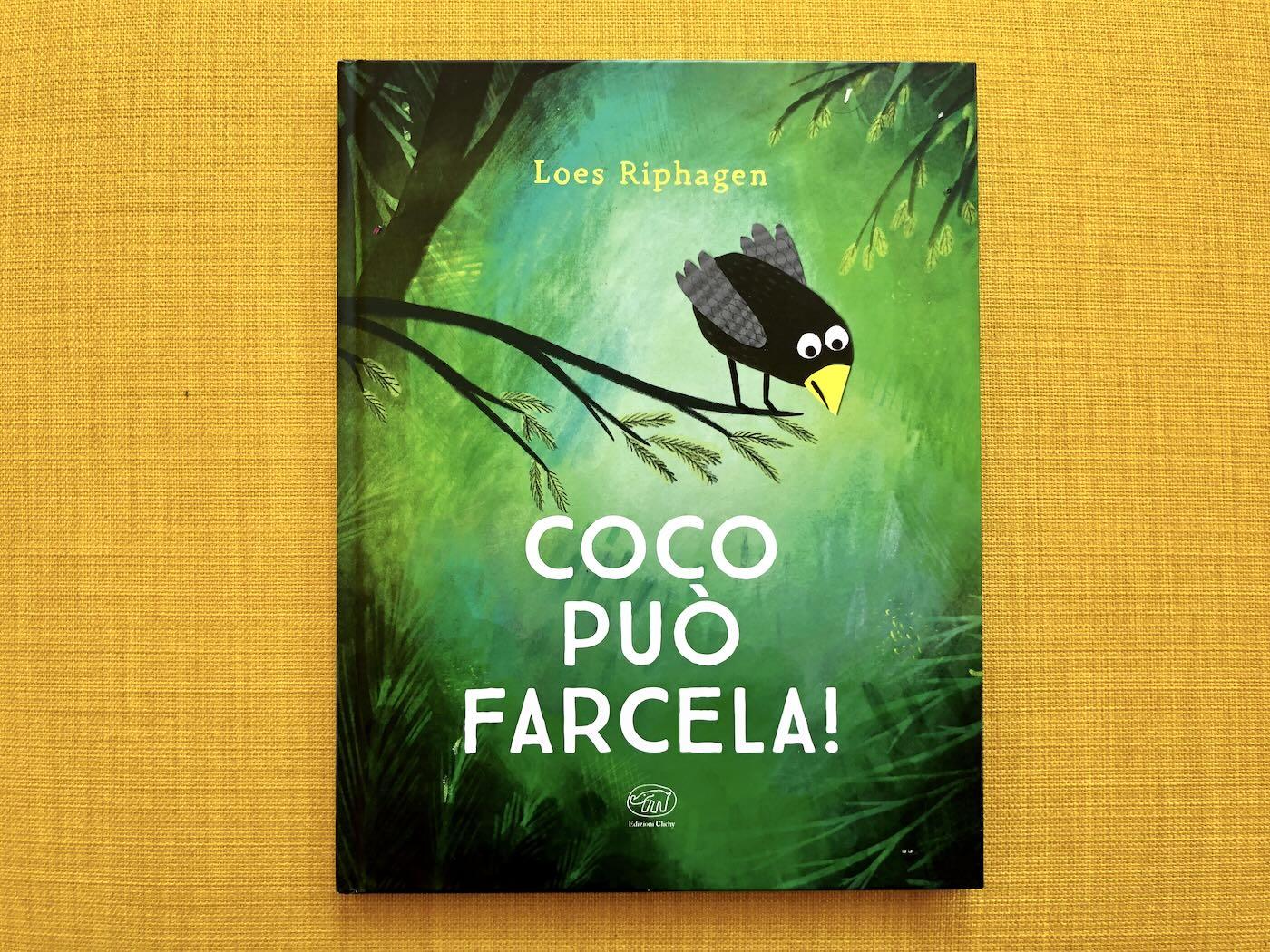 Copertina del libro Coco può farcela. Nell'illustrazione c'è un uccellina (Coco) che si sporge da un ramo guardando di sotto